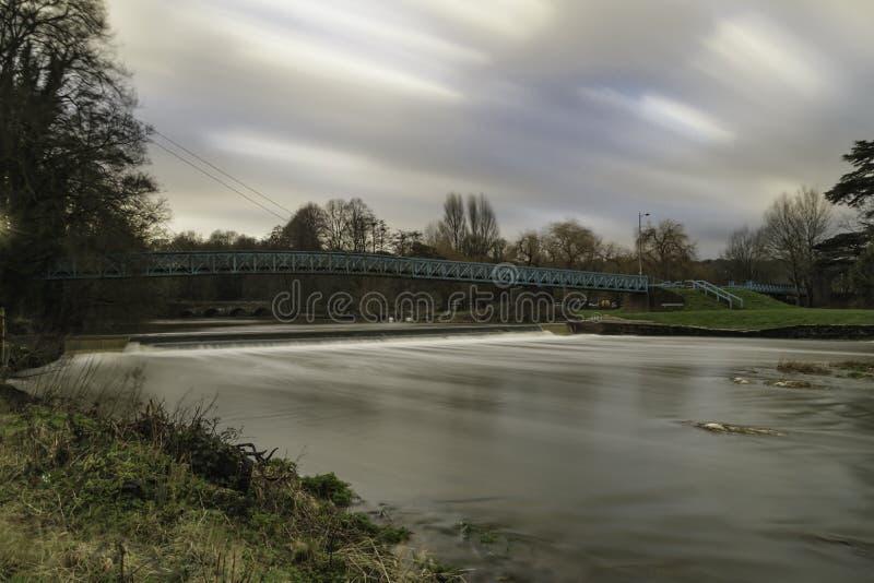 Nuvole a flusso rapido di Stour del fiume immagine stock