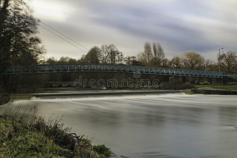 Nuvole a flusso rapido di Stour del fiume fotografie stock