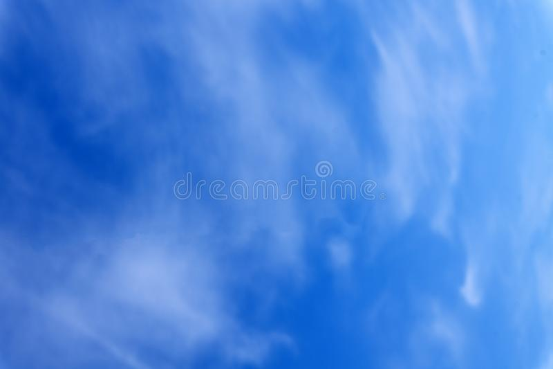Nuvole grige bianche opache davanti a cielo blu immagini stock libere da diritti