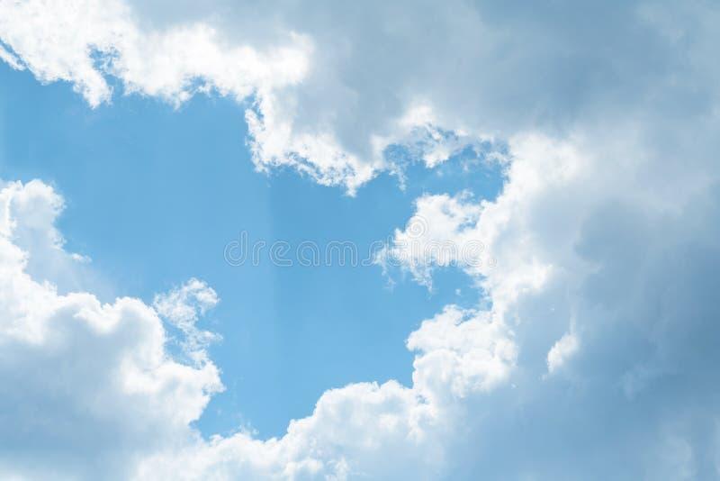 Nuvole grige molli contro una luce solare nel fondo del cielo blu fotografia stock libera da diritti