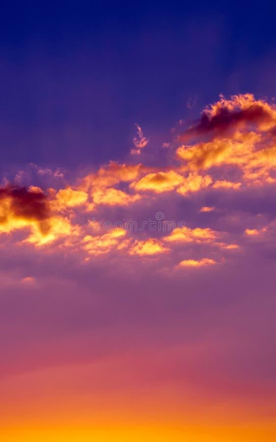 Nuvole hued arancio sul cielo variopinto di tramonto fotografie stock libere da diritti