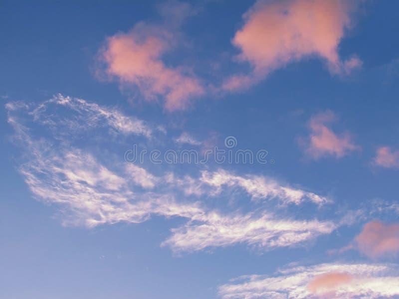 Nuvole lanuginose bianche nel cielo, sparpagliato con il clou sparso fotografia stock