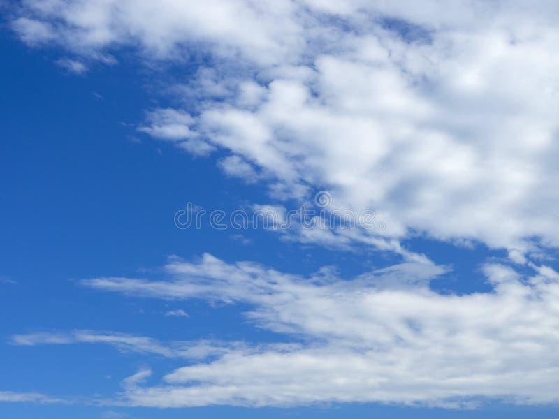 Nuvole leggere alla destra immagini stock
