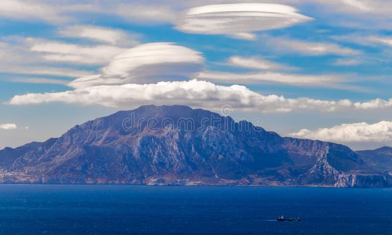 Nuvole lenticolari sopra una montagna immagini stock libere da diritti