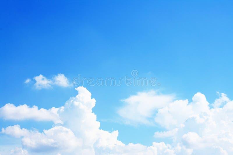 Nuvole luminose con il chiaro cielo fotografia stock