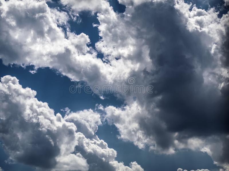 nuvole luminose su un fondo blu immagine stock libera da diritti