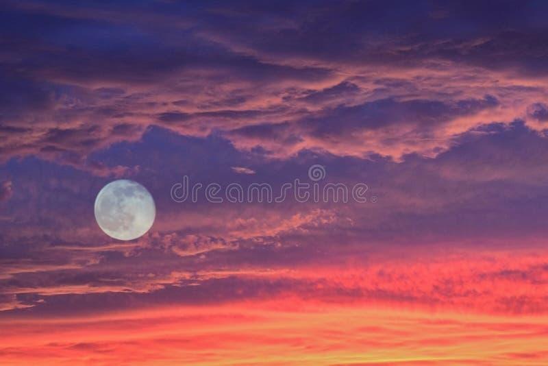 Download Nuvole & Luna Piena Di Tramonto Immagine Stock - Immagine di magico, dusk: 56882685