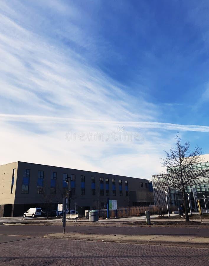 Nuvole molli sopra la città universitaria immagini stock libere da diritti