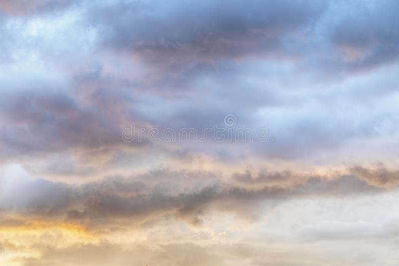 Nuvole molli variopinte di tramonto qui sopra fotografia stock libera da diritti