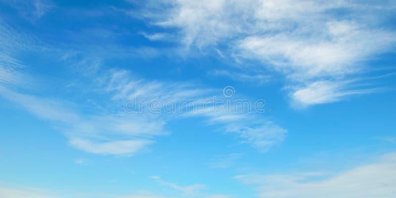 nuvole nel cielo blu fotografia stock