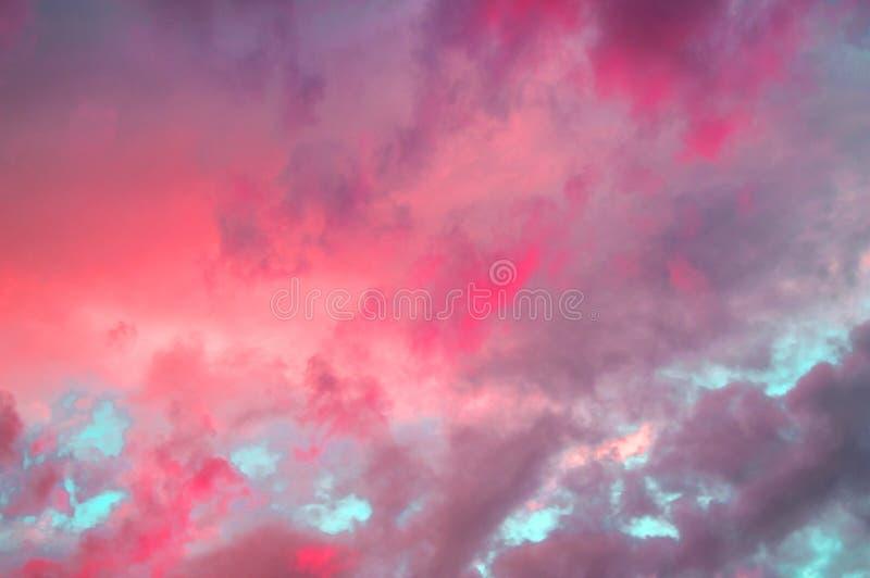 Nuvole pastelli variopinte nel cielo al tramonto, nuvole drammatiche dopo un temporale, l'effetto di tonalità delle foto in rosso fotografia stock libera da diritti