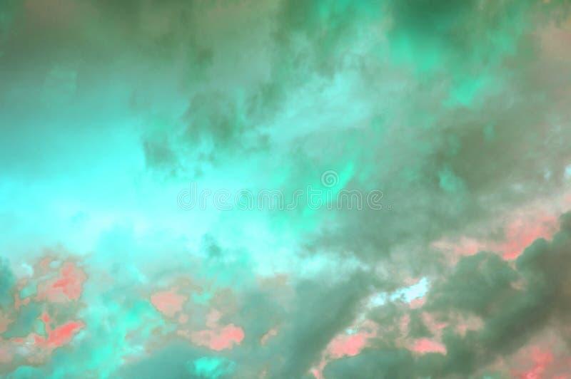 Nuvole pastelli variopinte nel cielo al tramonto, nuvole drammatiche dopo un temporale, l'effetto di tonalità delle foto in rosso fotografie stock