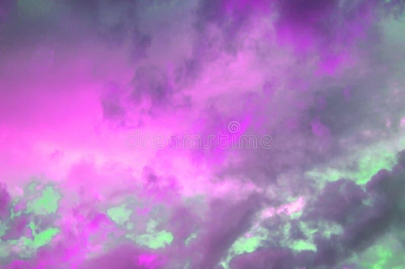 Nuvole pastelli variopinte nel cielo al tramonto, nuvole drammatiche dopo un temporale, l'effetto di tonalità delle foto in rosso immagini stock libere da diritti