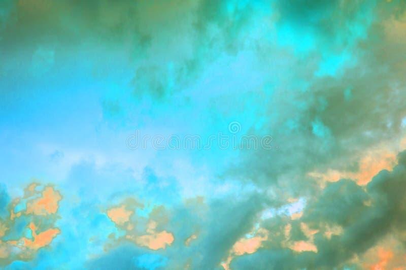 Nuvole pastelli variopinte nel cielo al tramonto, nuvole drammatiche dopo un temporale, l'effetto di tonalità delle foto in rosso immagini stock