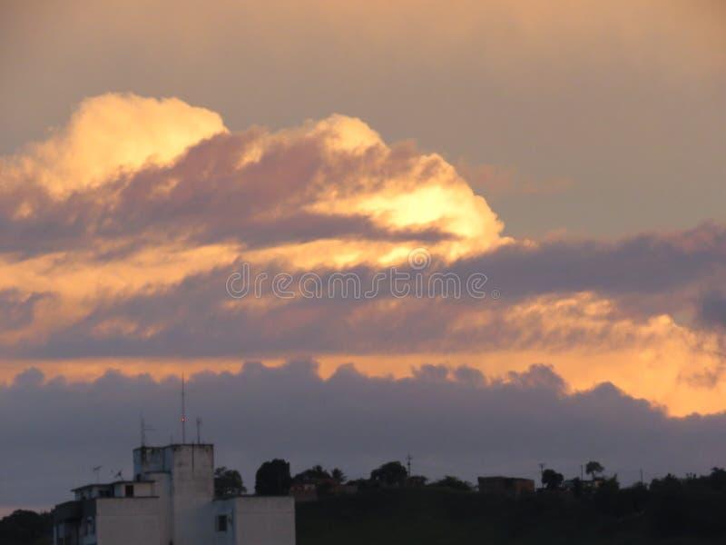 Nuvole pesanti sul tramonto dietro la montagna fotografia stock libera da diritti