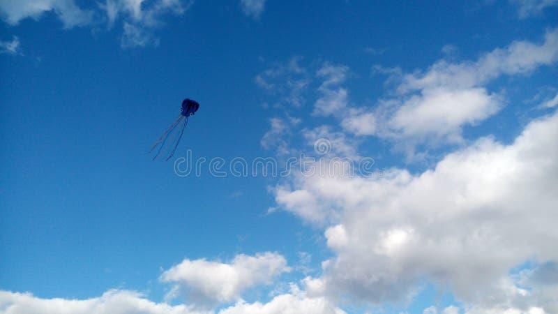 Nuvole piacevoli intorno a fare meglio la vista Tempo di divertiresi con gli aquiloni fuori immagine stock