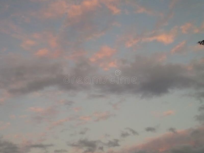 Nuvole piacevoli nella notte di essere felice immagini stock libere da diritti
