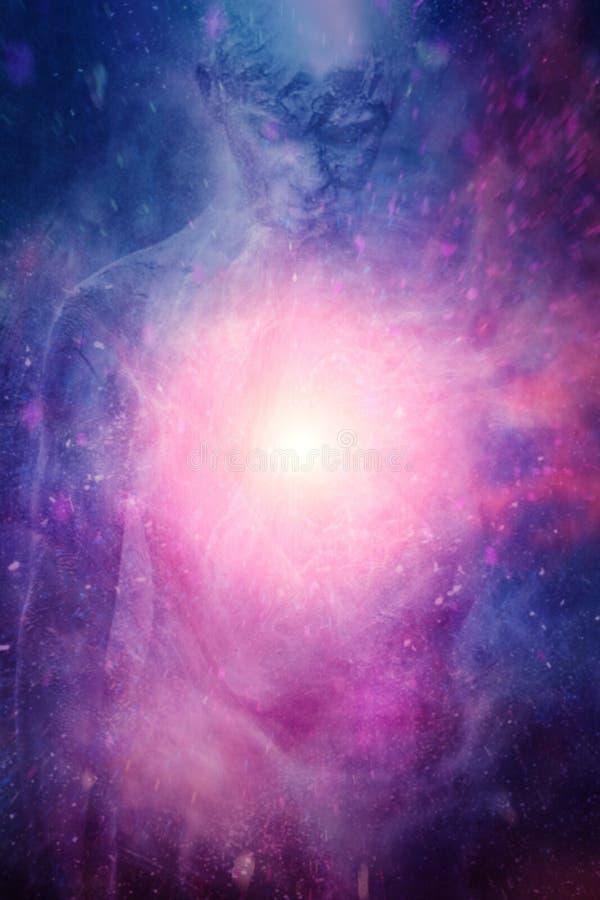 Nuvole rosa blu con luce spirituale nel mezzo e nel profilo vago dell'uomo nei precedenti immagini stock