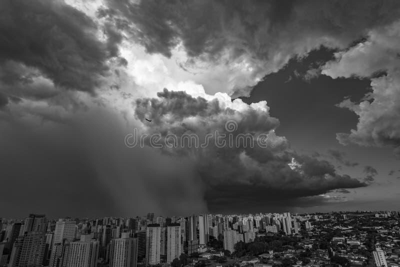 Nuvole scure e drammatiche di pioggia Aeroplano che decolla con le nuvole di tempesta immagini stock
