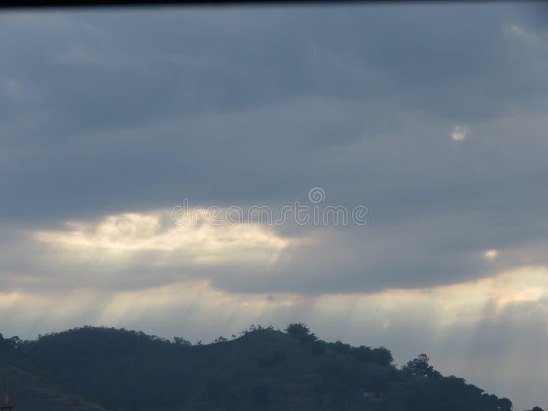 Nuvole scure e luce solare fotografie stock libere da diritti
