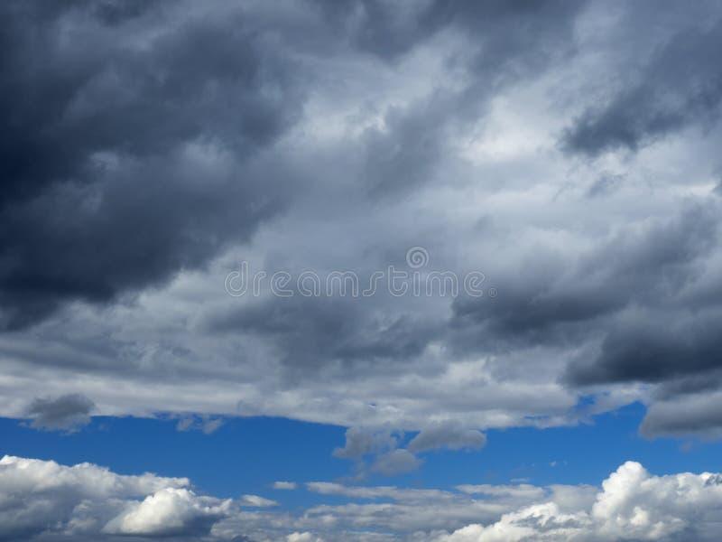 Nuvole scure in un chiaro cielo fotografia stock