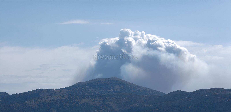 Nuvole sopra la montagna fotografie stock