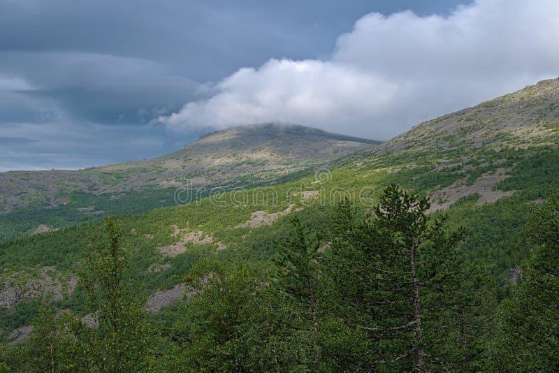 Nuvole sopra le montagne in Ural nordico, Russia immagini stock