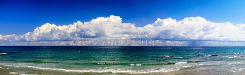 Nuvole spagnole di panorama, mar Mediterraneo immagini stock