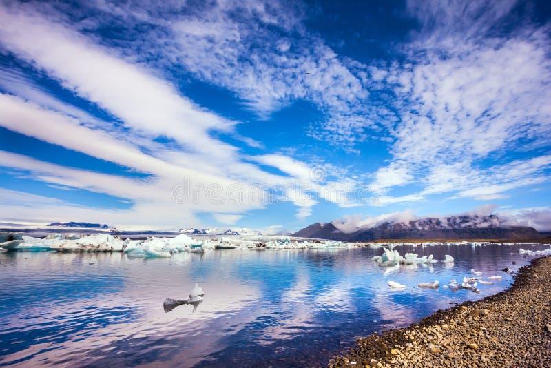 Nuvole a strisce ed acqua liscia fotografia stock libera da diritti