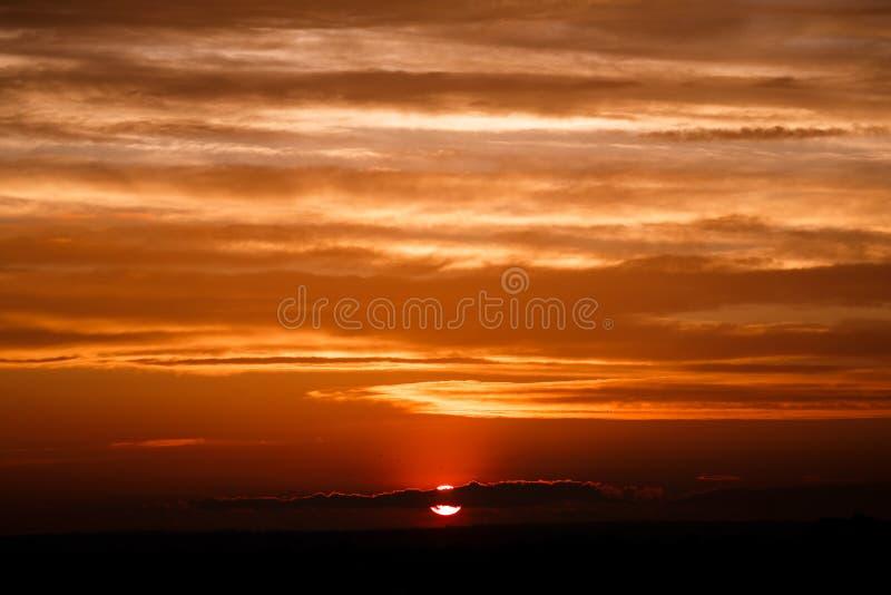 Nuvole stupefacenti del sole al crepuscolo Immagine di tramonto bella s nuvolosa rossa fotografia stock