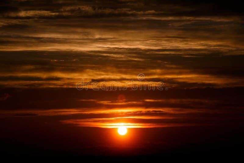 Nuvole stupefacenti del sole al crepuscolo Immagine di tramonto bella s nuvolosa rossa fotografia stock libera da diritti