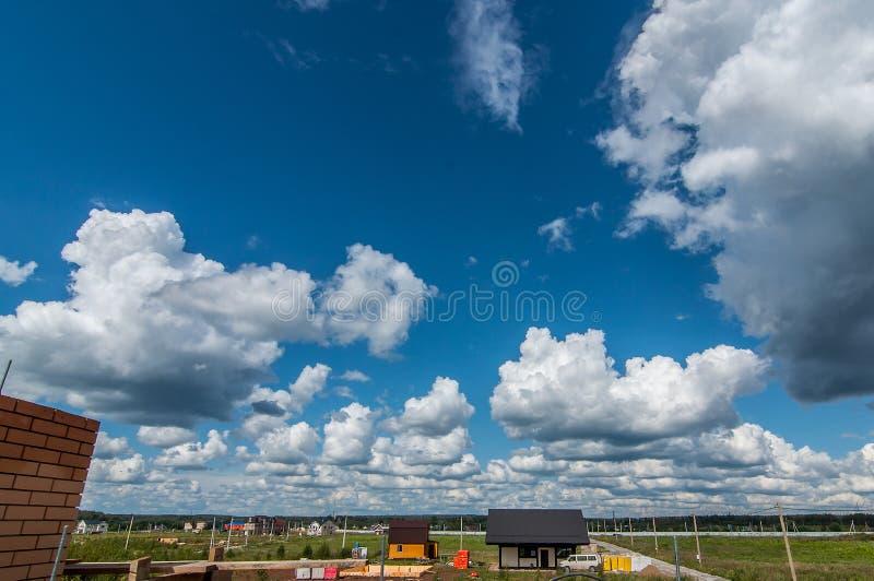 Nuvole su un cielo soleggiato immagine stock libera da diritti