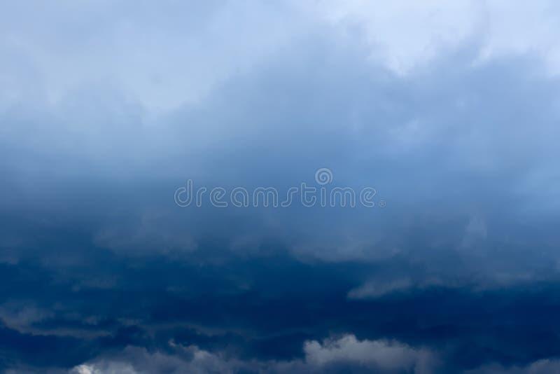 Nuvole tempestose grigio scuro immagini stock libere da diritti