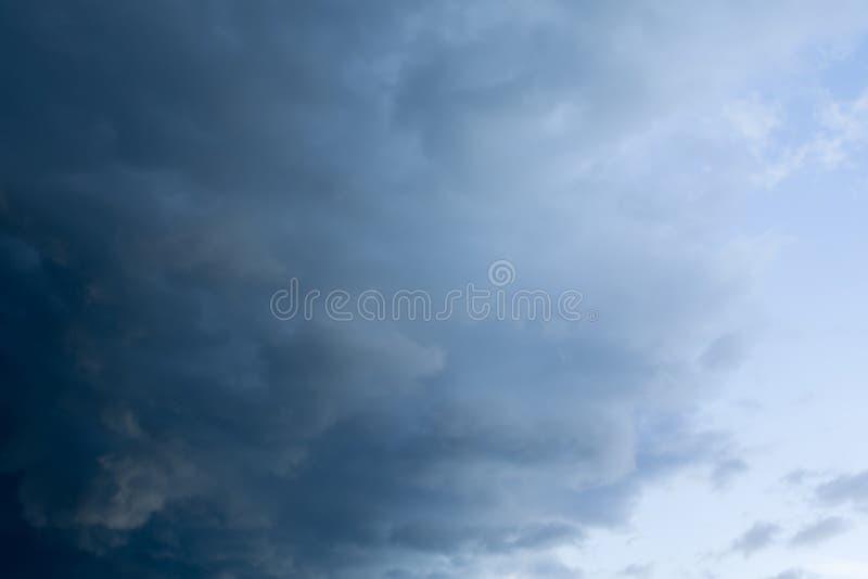 Nuvole tempestose grigio scuro fotografia stock