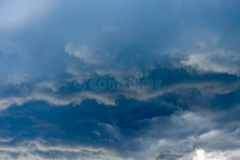Nuvole tempestose grigio scuro fotografie stock