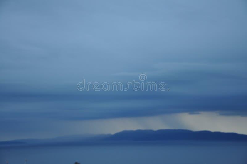 Nuvole tempestose piene dello scape della città e della pioggia, orizzonte fotografia stock libera da diritti