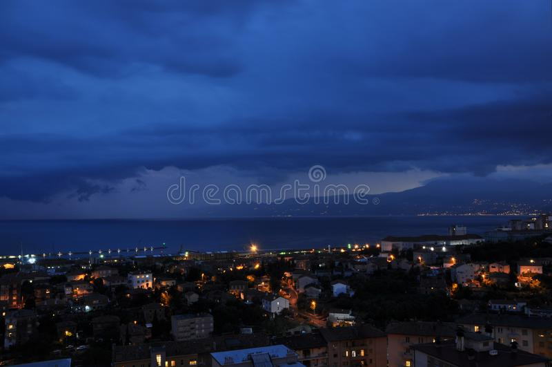 Nuvole tempestose piene dello scape della città e della pioggia, orizzonte, paesaggio urbano immagini stock libere da diritti