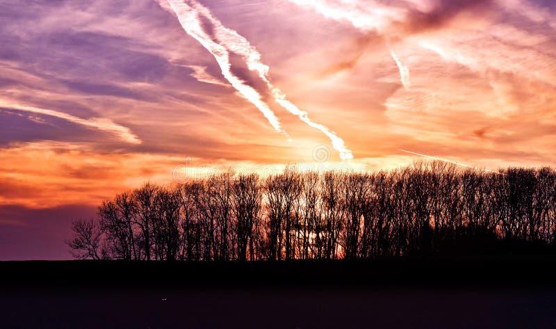 Nuvole uguaglianti porpora del cielo immagine stock