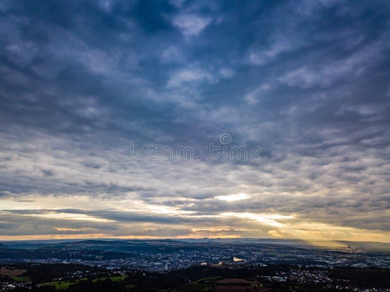 Nuvole variopinte aeree di tramonto della Germania del colpo del fuco immagine stock