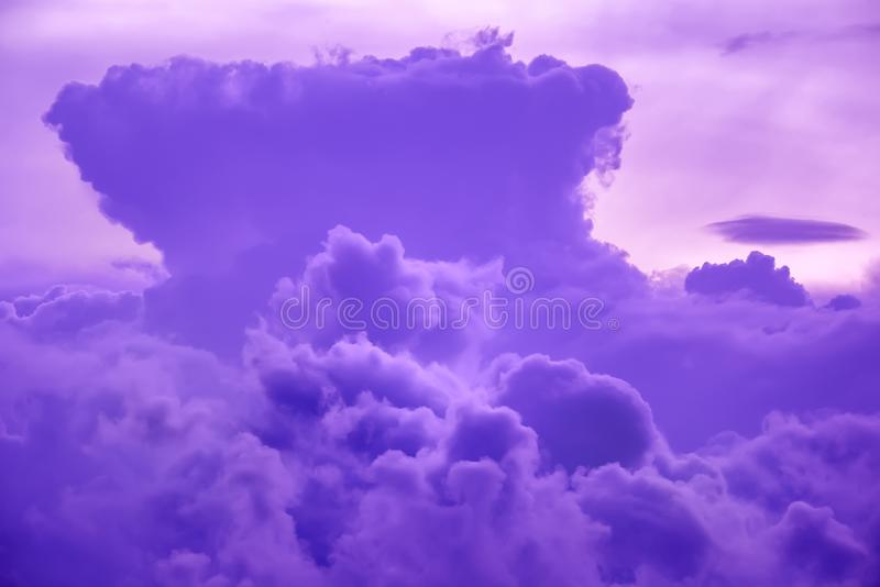 Nuvole variopinte sul cielo di tramonto Fondo astratto e drammatico delle nuvole fotografie stock libere da diritti