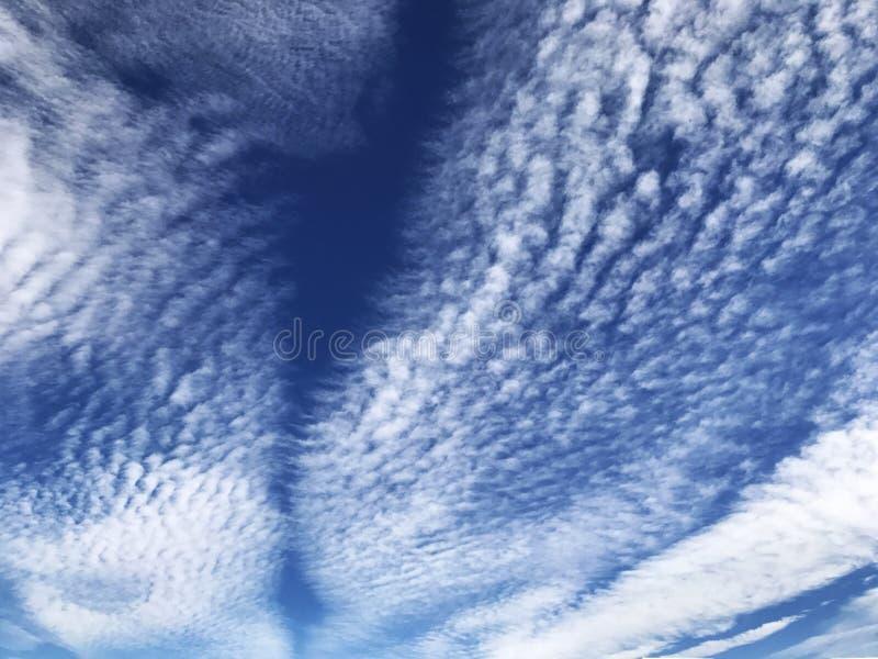 Nuvole vibranti che spazzano attraverso il cielo immagine stock libera da diritti