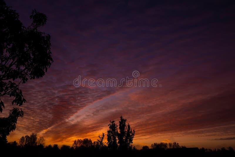 Nuvoloso e bellissimo sorgere del sole nella Emerson Valley, Milton Keynes fotografia stock