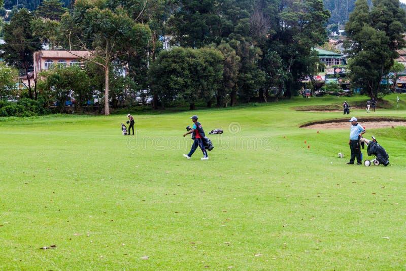 NUWARA ELIYA, SRI LANKA - 17. JULI 2016: Golfspieler bei Victoria Golf Club in Schleppseil Nuwara Eliya stockbilder