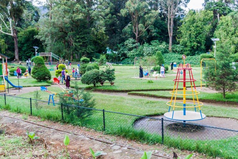 NUWARA ELIYA, SRI LANKA - JULI 16, 2016: Kinderenspeelplaats in Victoria Park in het slepen van Nuwara Eliya stock foto