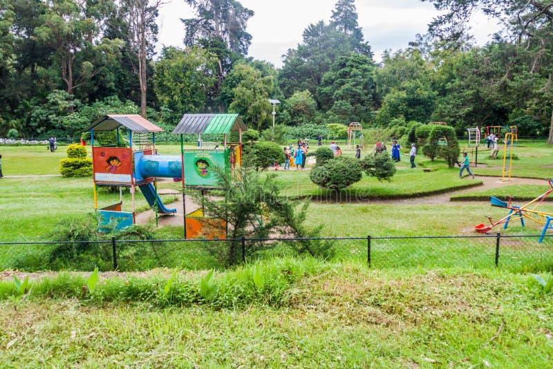 NUWARA ELIYA, SRI LANKA - 17. JULI 2016: Kinderspielplatz in Victoria Park in Schleppseil Nuwara Eliya stockfotografie