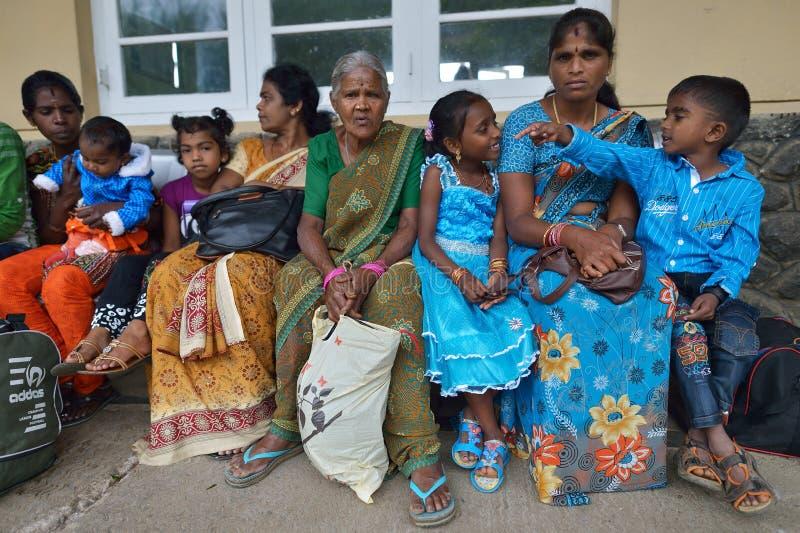 Nuwara Eliya, Sri Lanka, 13 November, 2015: Vrouwen en jonge geitjes die op de trein op het station van Nuwara Eliya wachten royalty-vrije stock fotografie