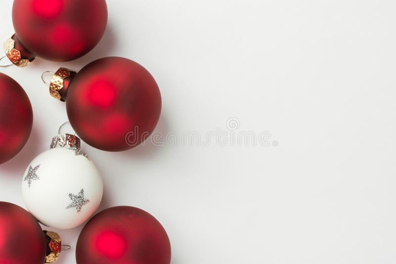 NyÃ¥rsaftaffisch med rött och vitt fir-träd i ett minimalistiskt klassiskt stift fotografering för bildbyråer