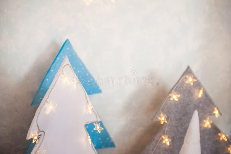 Nyårsgnomer för textil som en stängningsbakgrund Dvärgar för Christmastime och kopieringsutrymme royaltyfri bild