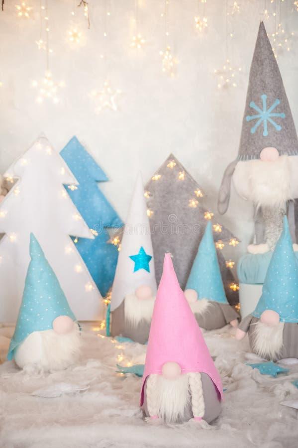 Nyårsgnomer för textil som en stängningsbakgrund Dvärgar för Christmastime och kopieringsutrymme royaltyfria foton