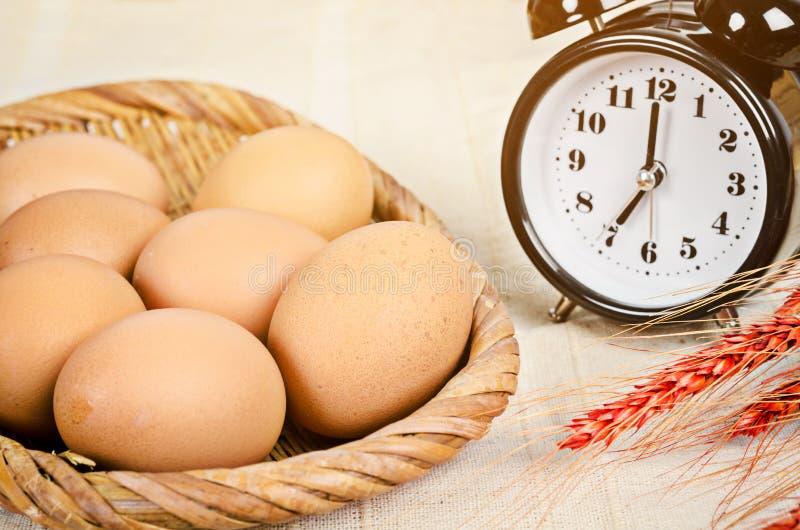 Ny ägg och ringklocka arkivfoton